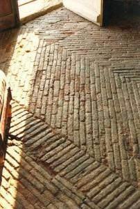 Oud gebakken waaltjes boerderij ingang.